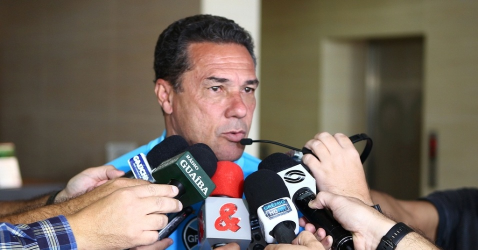 Vanderlei Luxemburgo concede entrevista aps jogo-treino do Grmio em Bogot (12/05/13)