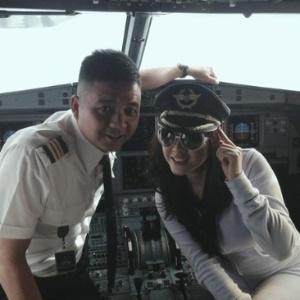 Modelo e atriz Li Nha Ky (dir.) faz foto em cabine