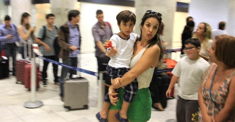 11.mai.2013 - Ivete Sangalo  fotografada com o filho Marcelo no aeroporto Santos Dumont, no Rio de Janeiro