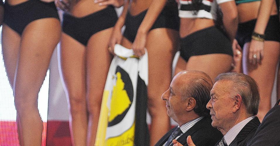 13.05.2013 - José Maria Marin, presidente da CBF, e Marco Polo Del Nero admiram qualidades das musas do Gata do Paulistão