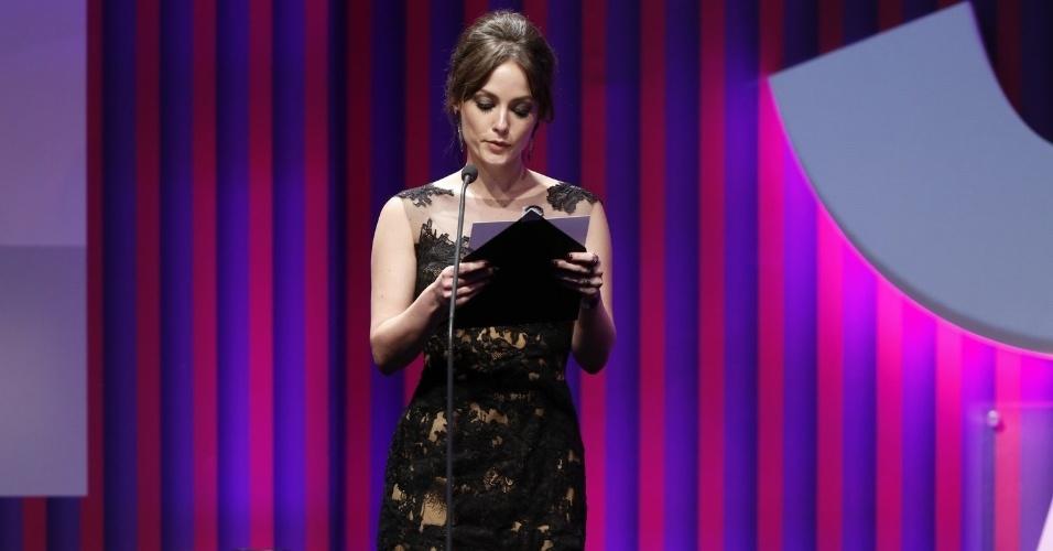 13.mai.2013 - A atriz Rosanne Mulholland apresenta o prêmio melhor ator coadjuvante no 15º Prêmio Contigo!
