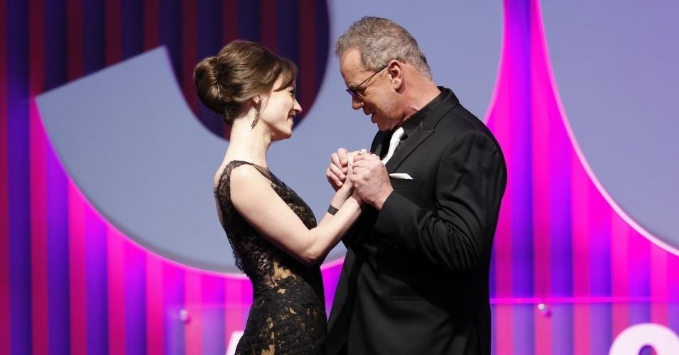 13.mai.2013 - A atriz Rosanne Mulholland cumprimenta Luiz Fernando antes de apresentar o prêmio de melhor ator mirim no 15º Prêmio Contigo!
