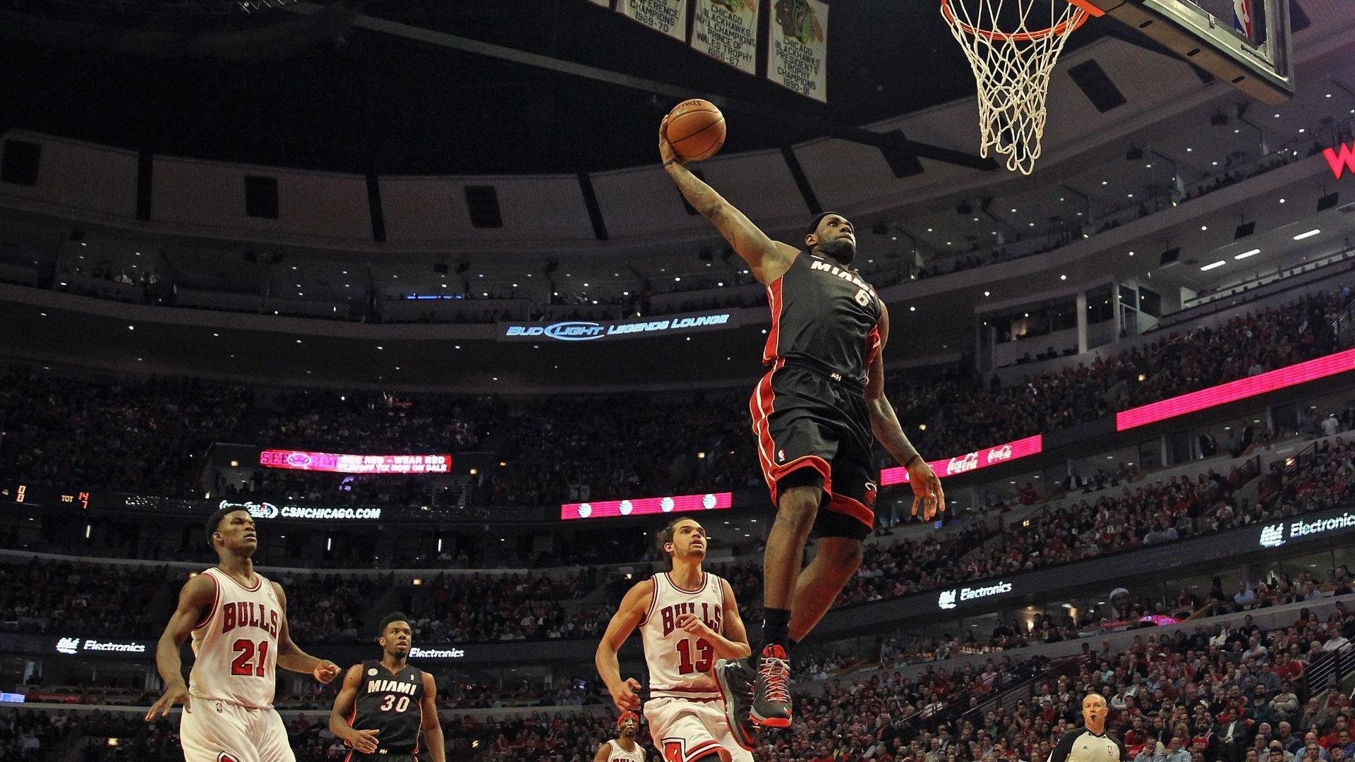 13.mai.2013 - LeBron James converte enterrada para o Miami Heat na vitória sobre o Chicago Bulls