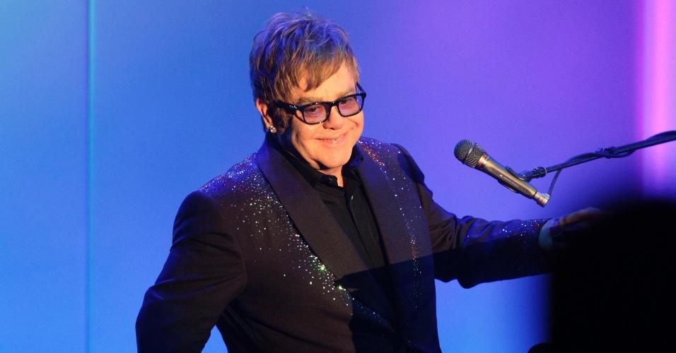 13.mai.2013 - O cantor Elton John vive com o diretor David Furnish desde 1993. Eles oficializaram a relação em dezembro de 2005.
