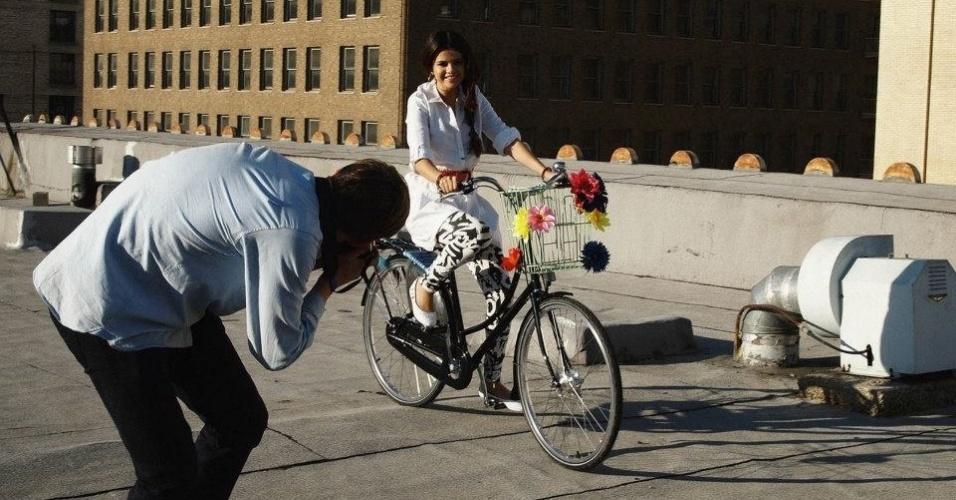 13.mai.2013 - Selena Gomez anda de bicicleta em campanha para a Neo Label, linha jovem da Adidas