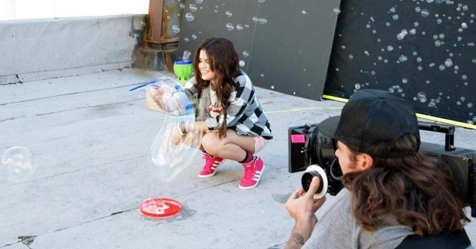 13.mai.2013 - Selena Gomez faz bolhas de sabão em campanha para a Neo Label, linha jovem da Adidas