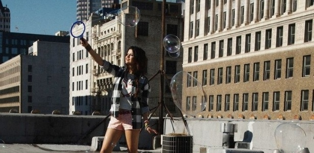 13.mai.2013 - Selena Gomez faz bolhas de sabo em campanha  para a Neo Label, linha jovem da Adidas