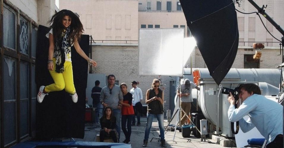 13.mai.2013 - Selena Gomez pula em cama elástica em campanha para a Neo Label, linha jovem da Adidas