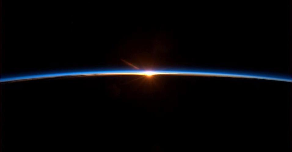 """13.mai.2013 - Última foto postada pelo astronauta canadense Chris Hadfield da Estação Espacial antes de voltar para a Terra. Ele diz: """"final do voo no espaço: para alguns pode parecer um por do Sol, mas é um nascer"""". Ele já postou mais de 1.500 tweets, sendo a maioria com fotos"""