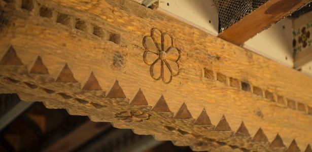 Isabro Ortega, um entalhador autodidata, esculpiu as vigas do teto de madeira de sua casa nos EUA