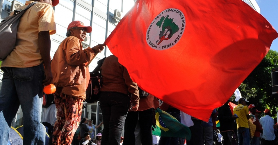 Cerca de 150 manifestantes do Movimento dos Trabalhadores Rurais Sem Terra (MST), Movimento Camponês Popular (MCP) e Movimento dos Atingidos por Barragem (MAB), além de quilombolas e trabalhadores da Federação Única dos Petroleiros (FUP) ocupam o Ministério de Minas e Energia (MME), na Esplanada dos Ministérios, em Brasília, segundo a Polícia Militar