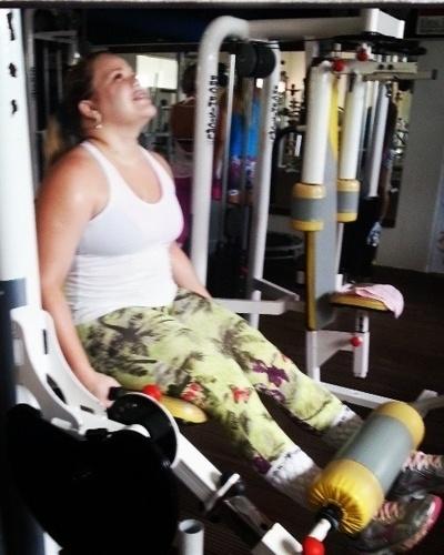 13.mai.2013 - A ex-BBB Paulinha está firme no regime e também na musculação. Na imagem, ela faz exercícios na cadeira extensora, que trabalha a parte da frente das coxas