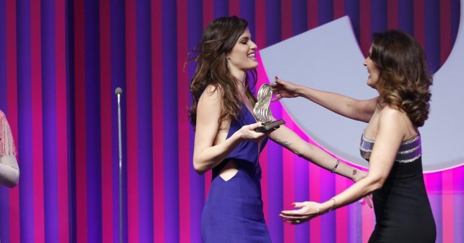 """13.mai.2013 - Fátima Bernardes recebe de Isabeli Fontana o prêmio """"Mulheres Extraordinárias"""" no 15º Prêmio Contigo!"""