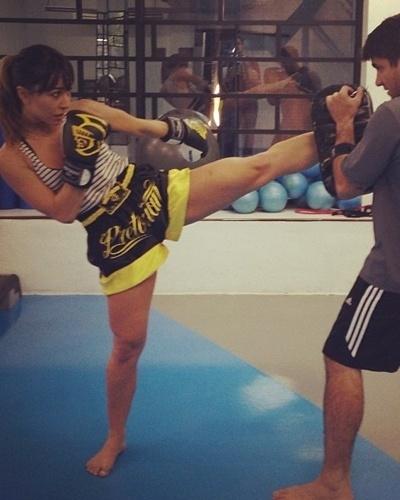 13.mai.2013 - Mesmo com a agenda cheia, Sabrina Sato sempre encontra um tempinho para praticar muay thai. A luta ajuda a tornear as pernas da apresentadora
