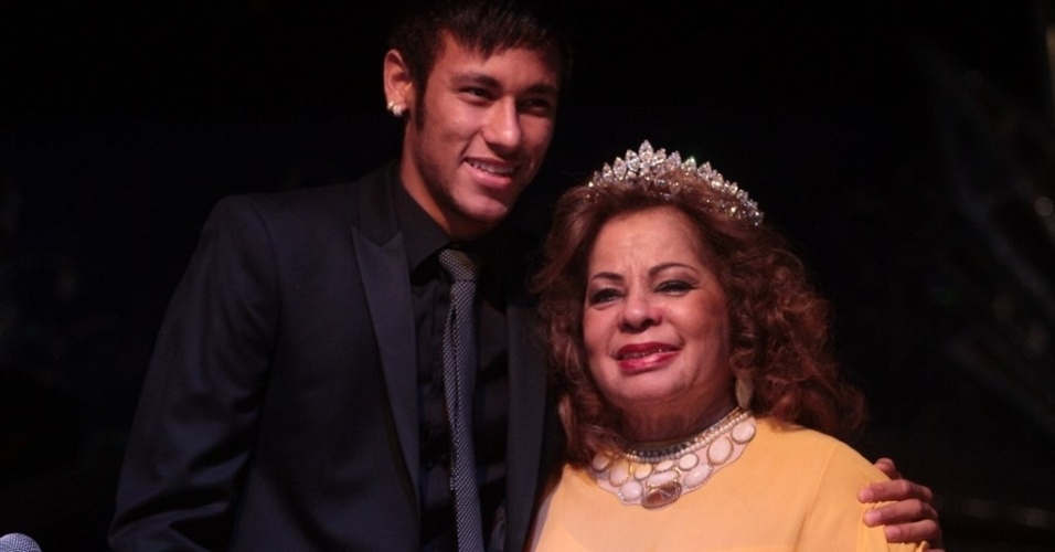13.mai.2013 - Neymar prestigia evento em homenagem aos 84 anos da cantora ngela Maria no Clube Piratininga, em So Paulo em SP