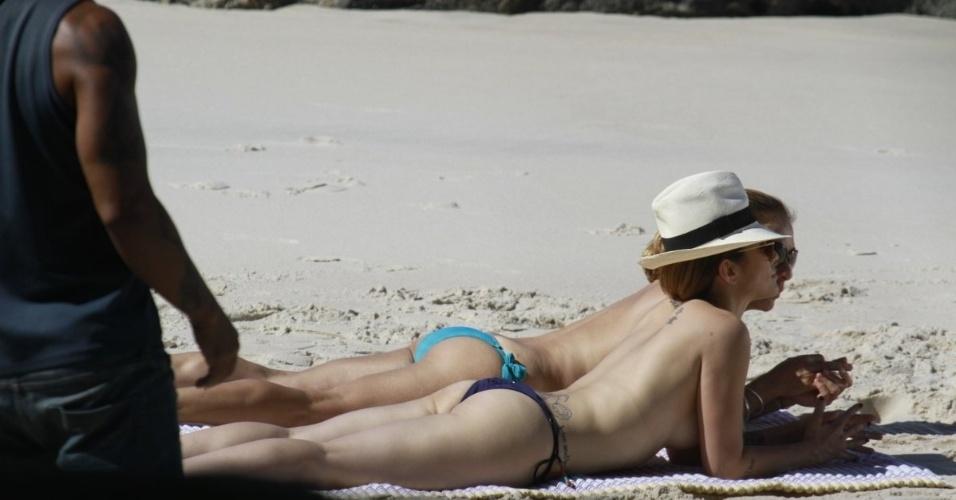 """14.mai.2013 - As atrizes Cléo Pires (Bianca) e Cissa Guimarães (Maitê) fizeram topless durante a gravação de """"Salve Jorge"""" na praia do Obrico, no Rio de Janeiro"""
