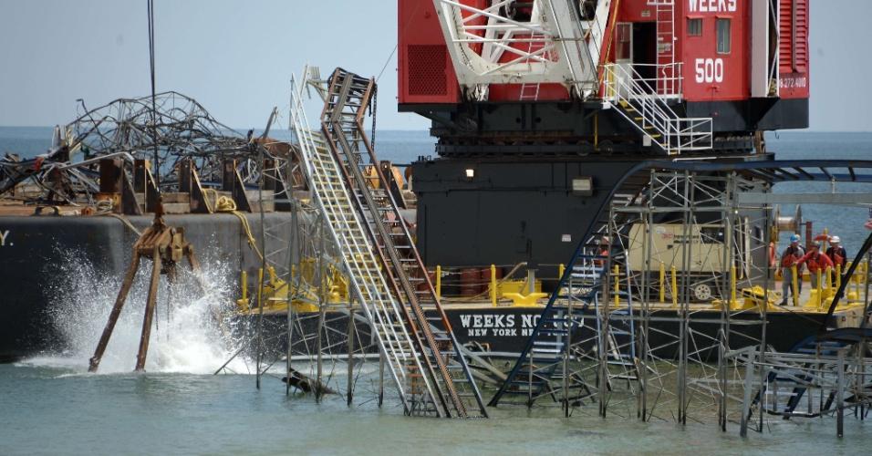 14.mai.2013 - Funcionários trabalham na desmontagem da estrutura da montanha-russa Jet Star, em Seaside Heights, Nova Jersey (EUA), seis meses após a tempestade Sandy, que destruiu as atrações do parque de diversões no Casino Pier