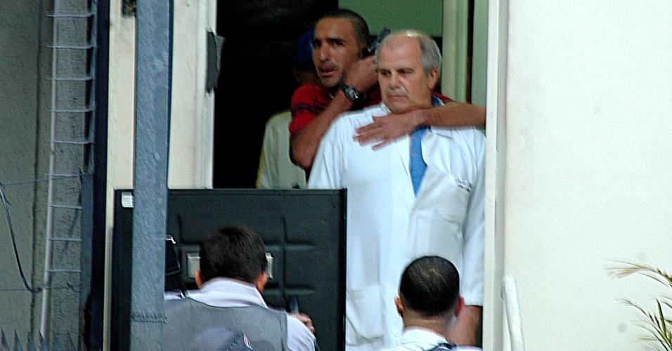 14.mai.2013 - Homens armados fizeram funcionários e clientes reféns, após a tentativa de roubo em um consultório odontológico na região da Lapa, zona oeste de São Paulo (SP). Os suspeitos foram presos