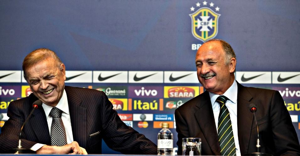 14.mai.2013 - José Maria Marin, presidente da CBF, e Luiz Felipe Scolari dão risada durante a convocação da seleção para a Copa das Confederações