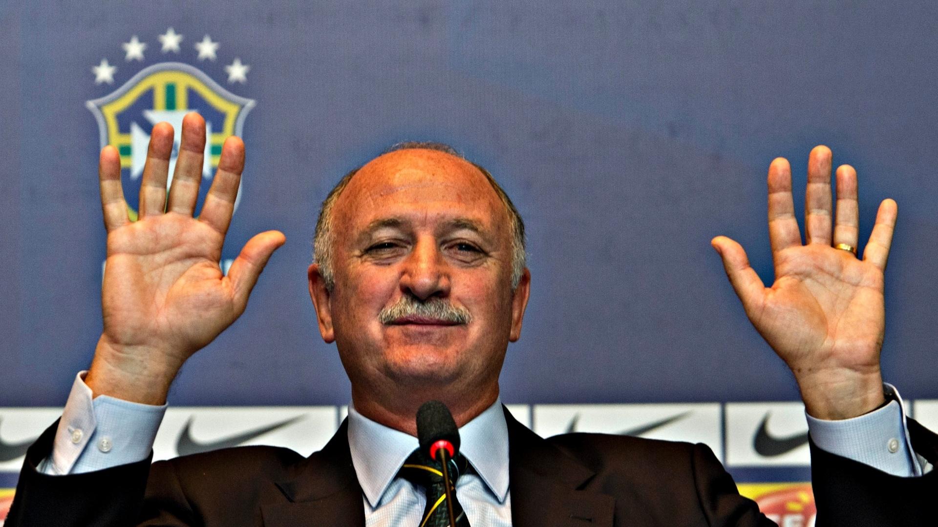 14.mai.2013 - Luiz Felipe Scolari gesticula durante a convocação da seleção para a Copa das Confederações