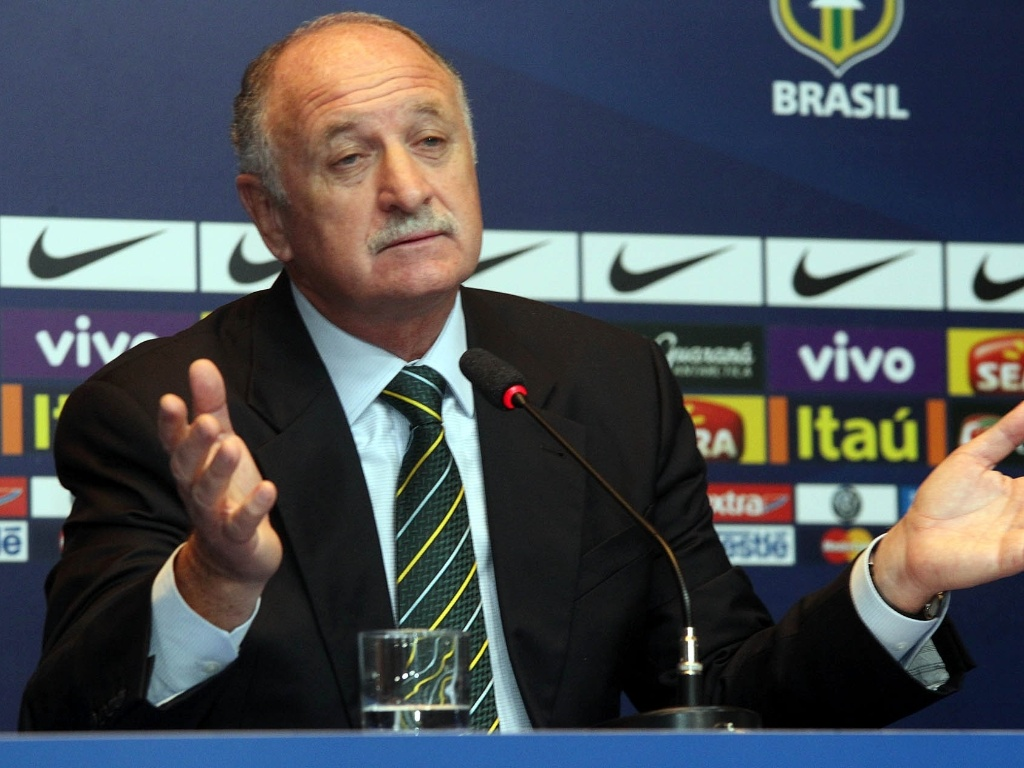 14.mai.2013 - Luiz Felipe Scolari gesticula enquanto responde as perguntas da imprensa aps a convocao da seleo para a Copa das Confederaes