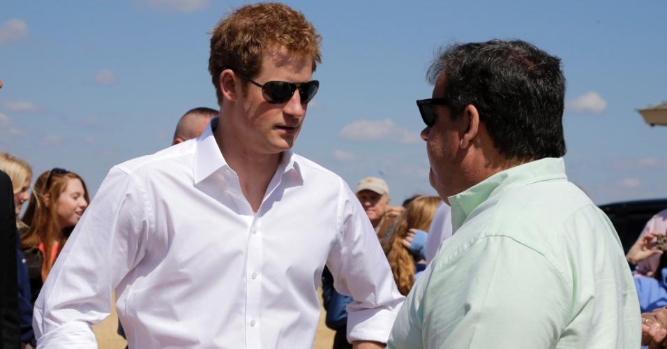 14.mai.2013 - Príncipe Harry conversa com governador de Nova Jersey, Chris Christie, em área atingida pelo furacão Sandy, em 2008. Ele visitou casas danificadas pelas tempestade durante a viagem que faz aos EUA para promover a imagem da família real britânica