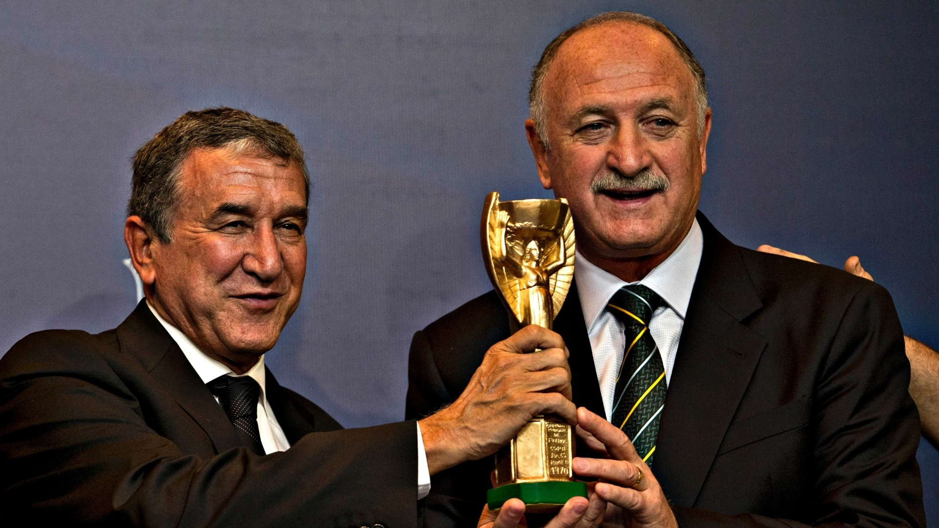 14.mai.2013 - Scolari e Parreira seguram rplica da Taa Jules Rimet