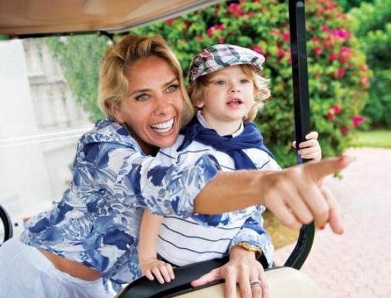 15.mai.2013 - Adriane e Vittorio passeiam de carrinho de golfe por Fischer Island, condomínio particular localizado no sul de Miami Beach, na Flórida