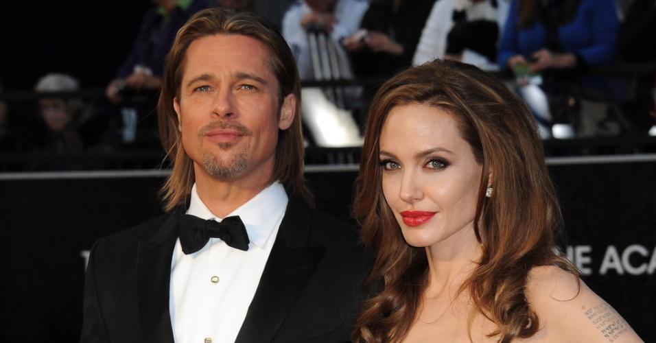 26.fev.2012 - Brad Pitt e Angelina Jolie no tapete vermelho do Oscar 2012, em Los Angeles