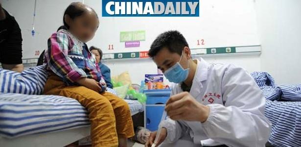 A menininha de 11 anos está se recuperando em um hospital chinês
