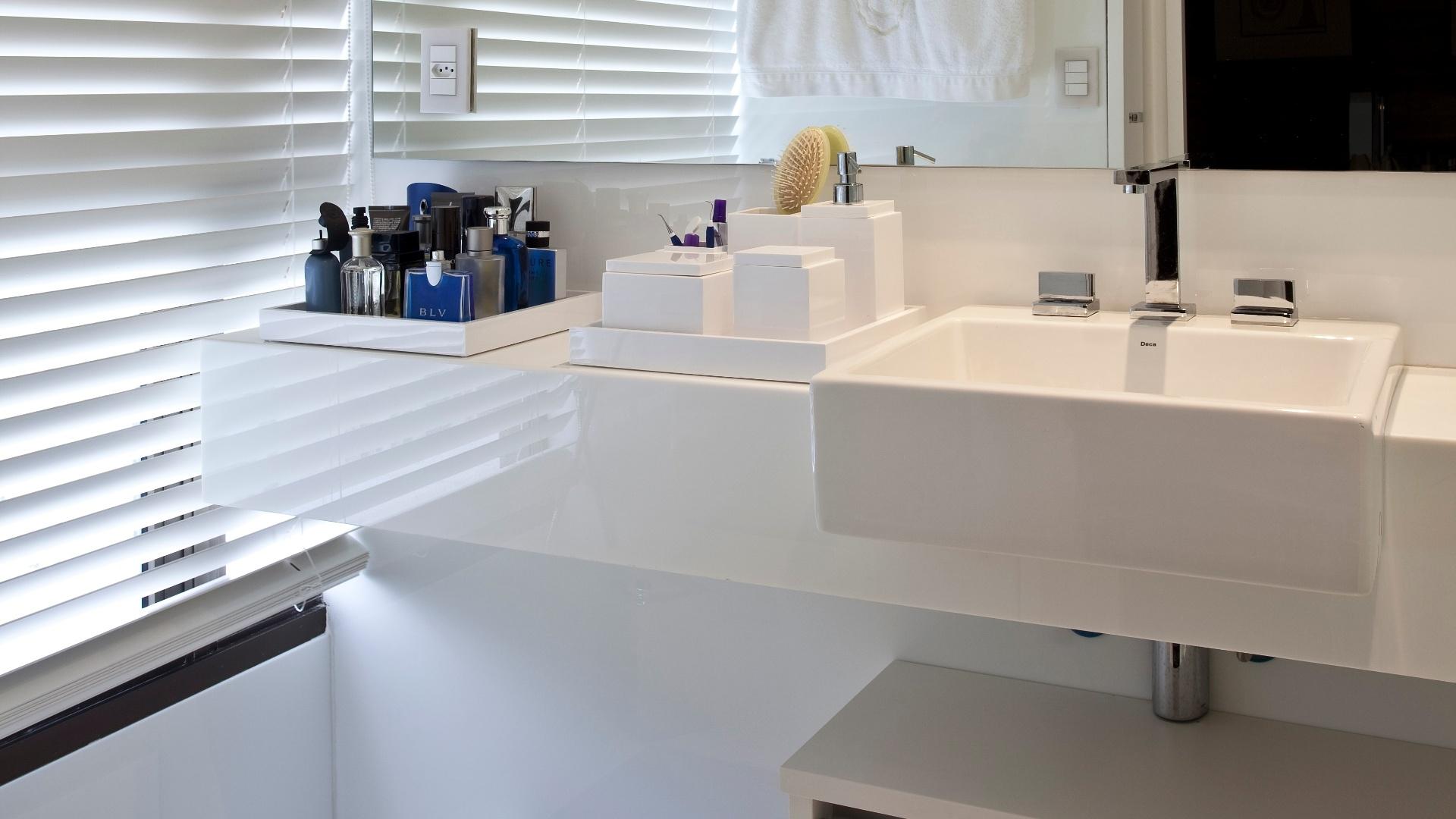 banheiro completamente branco tem bancada Corian e revestimentos  #283D69 1920x1080 Banheiro Branco Preto E Cinza
