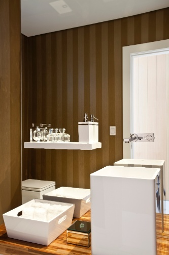 O lavabo para área social recebe cuba Vallvé Mini-Tray Quadrado (46 cm), em resina; metais e louças Deca e bancada de marcenaria (Detalhe). O projeto de interiores do apartamento Corredor da Vitória 2, em Salvador (BA), é do arquiteto Sidney Quintela