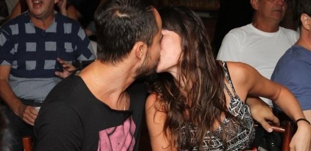 14 mai.2013 - Paulinho Vilhena e Thaila Ayala trocaram muitos beijos durante o evento ?Só Pra se Divertir?