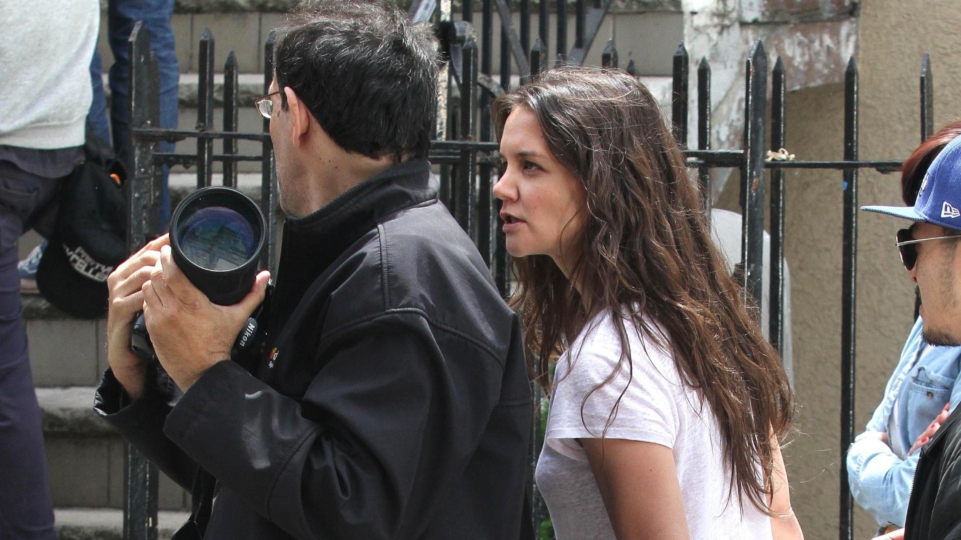 14.mai.2013 - Katie Holmes enfrenta o papparazzo Steve Sands no set de seu novo filme