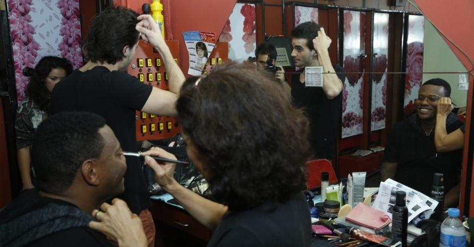 """14.maio.2013 - Enquanto Fiuk mexe nos cabelos, MC Sapão é maquiado para a gravação do clipe """"Toma Toma"""""""