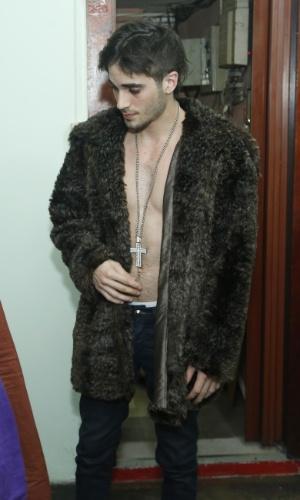 """14.maio.2013 - Figurino de Fiuk para o clipe de """"Toma Toma"""" também tem correntão e casaco com pelos"""