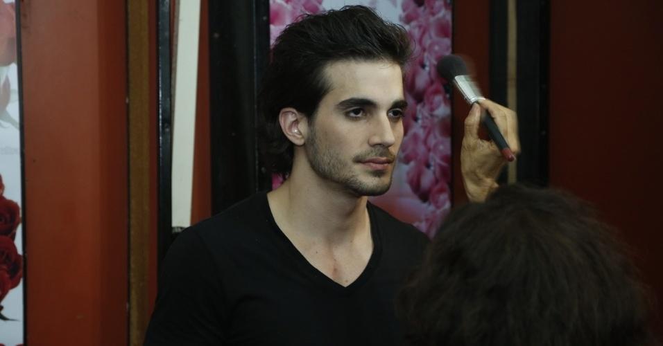 """14.maio.2013 - Fiuk é maquiado antes da gravação do clipe de """"Toma Toma"""""""