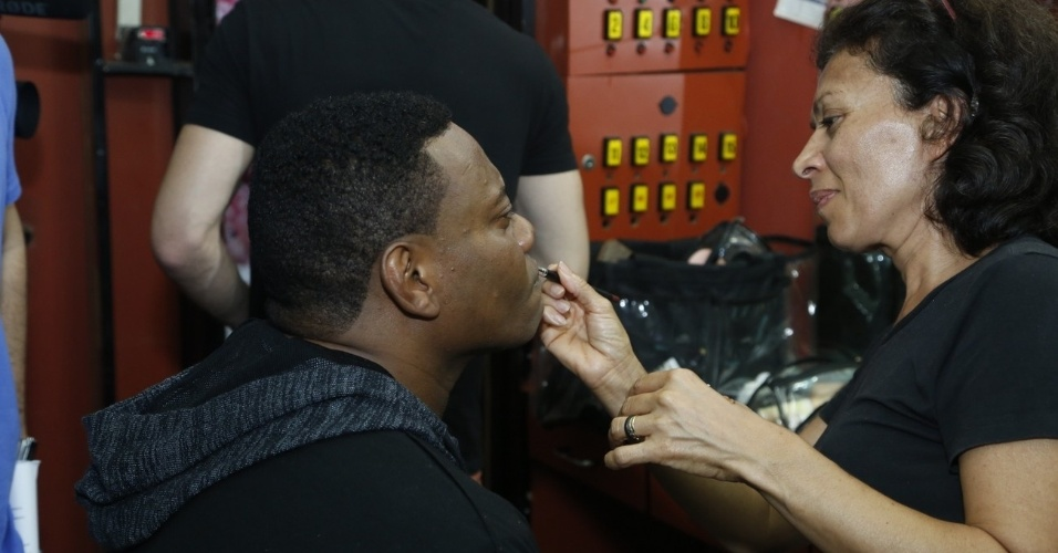 14.maio.2013 - MC Sapão é maquiado para a gravação de clipe com Fiuk