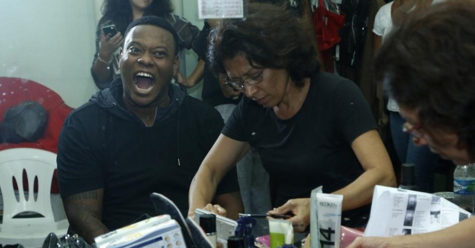 14.maio.2013 - MC Sapão faz graça para os fotógrafos enquanto se prepara para gravar clipe com Fiuk no Rio de Janeiro