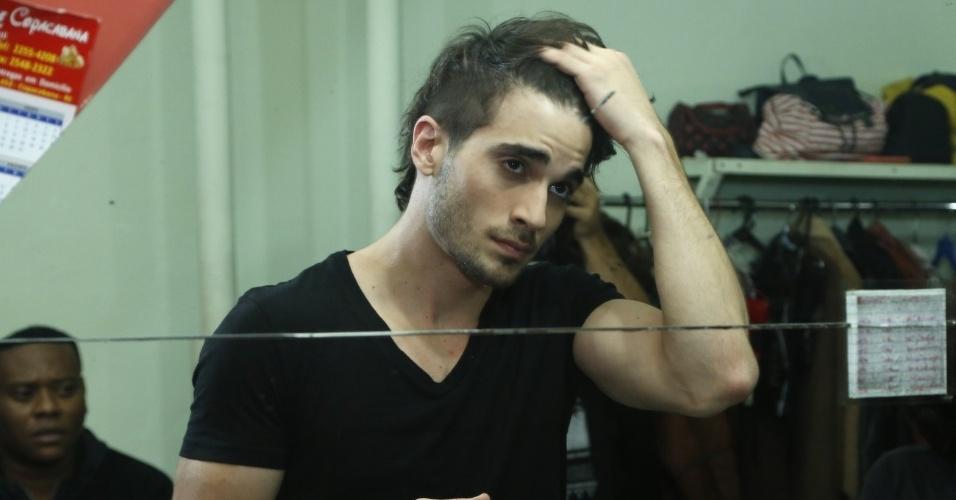 """14.maio.2013 - No camarim, Fiuk ajeita o cabelo antes da gravação do clipe de """"Toma Toma"""""""