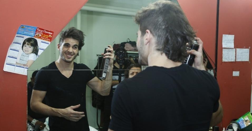 """14.maio.2013 - No camarim, Fiuk ajeita o cabelo com spray antes da gravação do clipe de """"Toma Toma"""""""