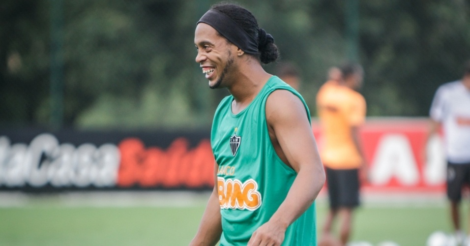 15/05/2013 - Ronaldinho Gacho se reapresentou sorridente ao Atltico-MG