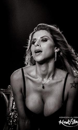 15.mai.2013 - Ana Paula Minerato abusa de decote durante gravação do clipe