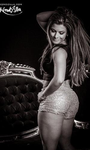 15.mai.2013 - Babi Rossi empina o bumbum em dança sensual durante gravação do clipe