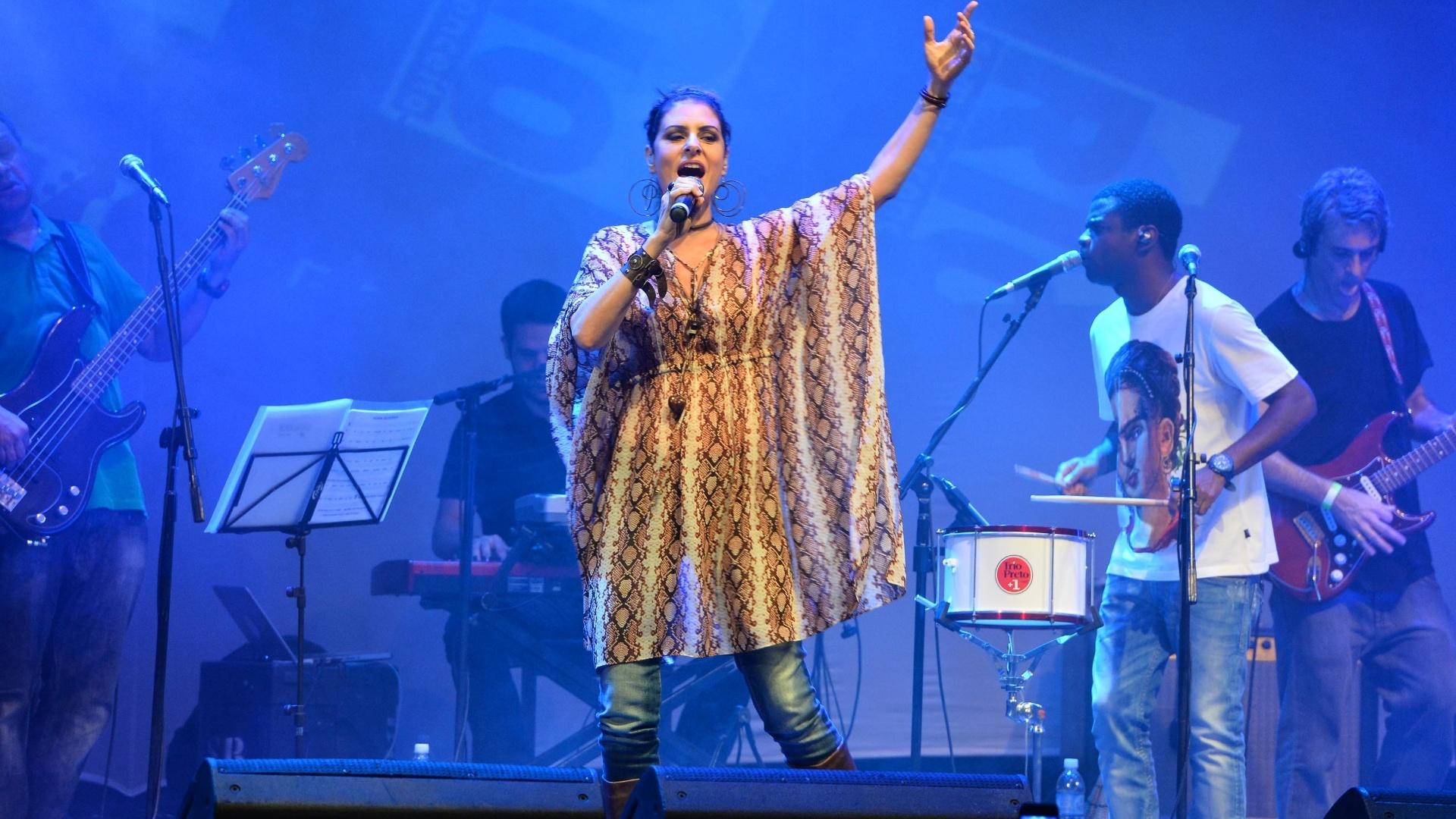 15.mai.2013 - Cantora Fernanda Abreu se apresenta no Programa Rio Sem Preconceito, realizado no Circo Voador, na capital fluminense