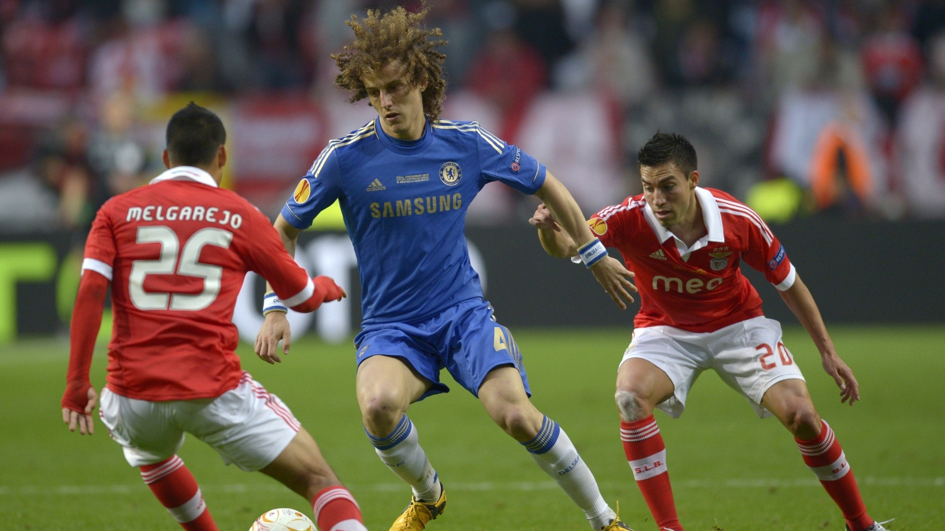 15.mai.2013 - Com sua vasta cabeleira, zagueiro David Luiz, do Chelsea, tenta passar pela marcao do Benfica durante a final da Liga Europa