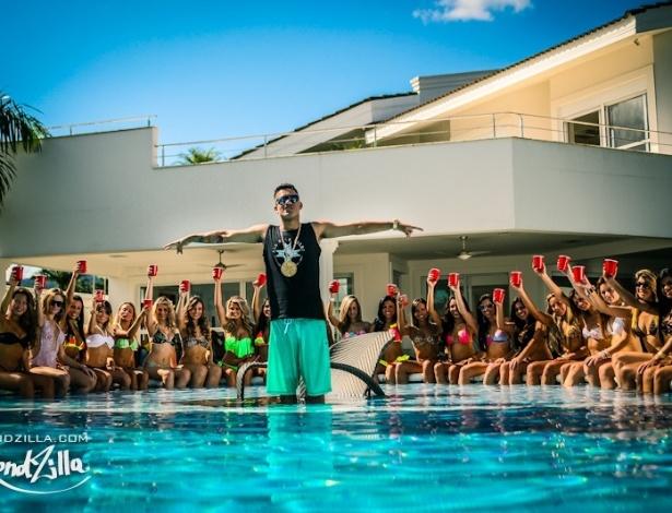 15.mai.2013 - Como não podia faltar nos clipes de funk atuais, a piscina é palco para as garotas mostrarem sensualidade gravação do clipe