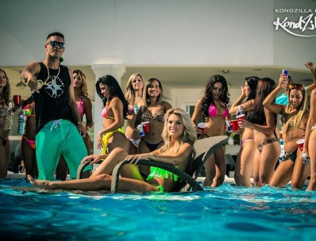 15.mai.2013 - Como não podia faltar nos clipes de funk atuais, garotas rodeiam o MC Galo na gravação do clipe