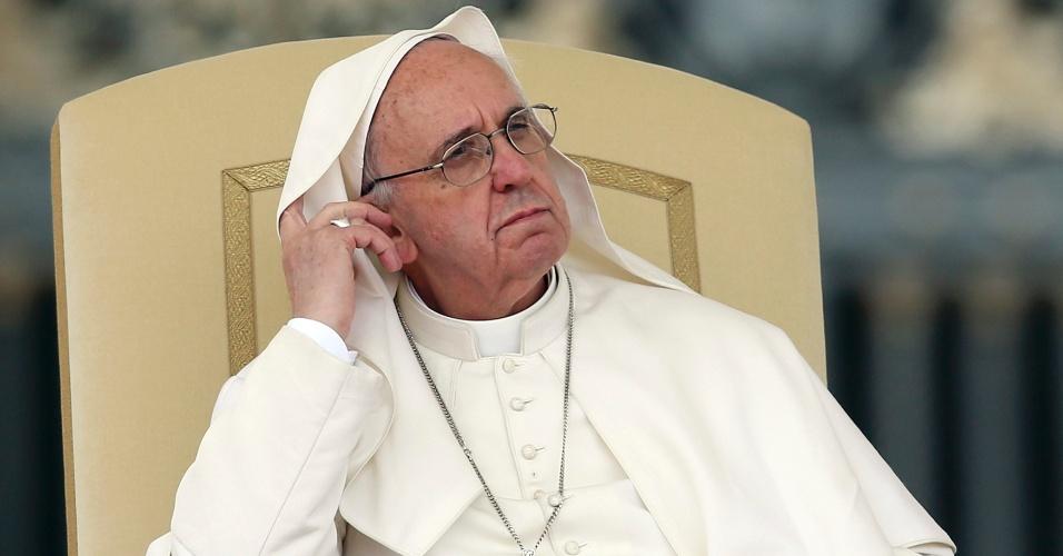 15.mai.2013 - E o vento também não deixa der ser um exercício de paciência para o papa Francisco, que durante a tradicional audiência pública na praça de São Pedro, no Vaticano, precisou retirar o manto do rosto infinita vezes