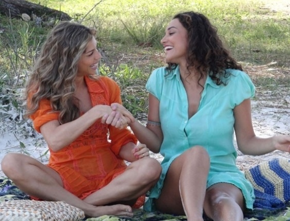 """15.mai.2013 - Em """"Flor do Caribe"""", Ester propõe a Taís que as duas sejam sócias"""